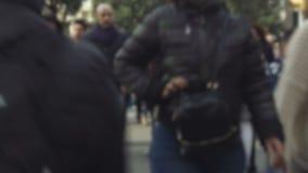 Pedoni vaghi che camminano in un attraversamento stock footage