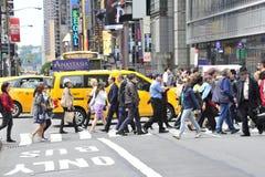 Pedoni in via dell'incrocio di New York immagine stock libera da diritti