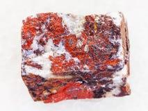 pedra áspera do jaspe no mármore branco imagens de stock