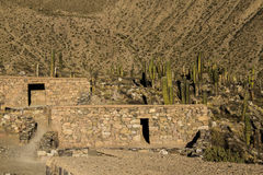 A pedra antiga abriga a cidade pre-Columbian de Tilcara Foto de Stock