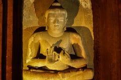 A pedra antiga da caverna cinzelou a escultura em cavernas de Ajanta Fotos de Stock Royalty Free