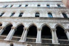 A pedra branca bonita apontou arcos na fachada dos doges Palase em Veneza em Itália imagens de stock royalty free