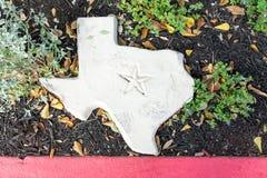 Pedra branca dada forma como o estado do Texas com um símbolo de Lone Star cinzelado Imagem de Stock Royalty Free