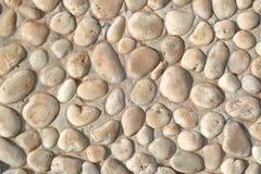 Pedra branca no muro de cimento, fundo textured da parede imagem de stock royalty free
