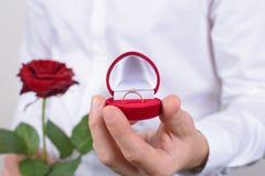 a pedra brilhante do diamante 14-february pede o conceito do smoking Retrato colhido da foto do close up da terra arrendada encan foto de stock royalty free