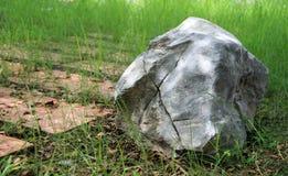 A pedra calcária grande decora na passagem da pedra do laterite do parque e do fundo Imagens de Stock