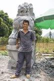 Pedra chinesa que Sculpturing o artesão mestre Imagens de Stock Royalty Free