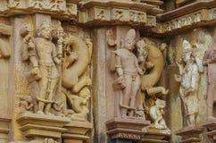 A pedra cinzelou o relevo de bas erótico no templo hindu em Khajuraho, Índia Imagens de Stock Royalty Free