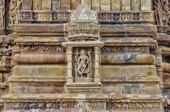 A pedra cinzelou o relevo de bas erótico no templo hindu em Khajuraho, Índia Foto de Stock
