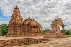 A pedra cinzelou o relevo de bas erótico no templo hindu em Khajuraho, Índia Imagem de Stock