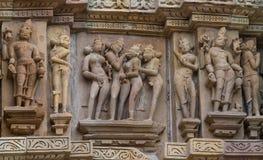 A pedra cinzelou o relevo de bas erótico no templo hindu em Khajuraho, Índia Fotografia de Stock