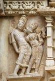 A pedra cinzelou o relevo de bas erótico no templo hindu em Khajuraho, Ind Fotografia de Stock Royalty Free