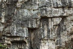 Pedra cinzenta da montanha sob a forma das escadas overcast foto de stock