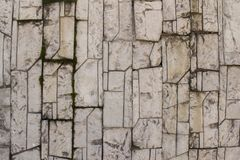 Pedra cinzenta telha modelada com musgo fotografia de stock royalty free