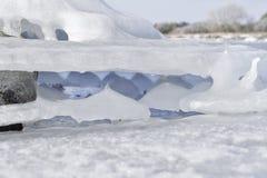 Pedra coberta no gelo no oceano Fotografia de Stock