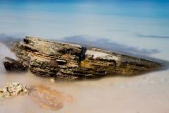 Pedra colorida com mar Imagens de Stock Royalty Free