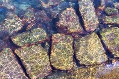 Pedra colorida sob a água Fotografia de Stock