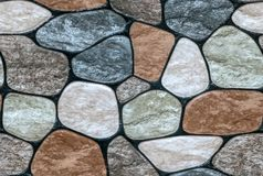 pedra colorido com fundo arredondado da parede das caras foto de stock