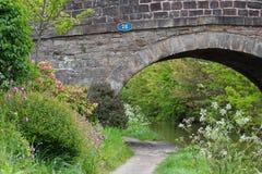 A pedra construiu a ponte do canal Fotografia de Stock Royalty Free