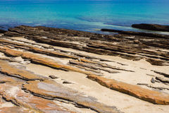 Pedra cortada colorida com mar Imagens de Stock