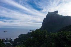Pedra DA Gavea und Sao Conrado Beach, Rio de Janeio, Brasilien Stockbilder