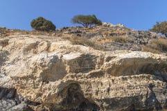 Pedra da natureza da beleza do penhasco do lado de mar com fundo limpo azul do céu foto de stock royalty free