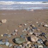 Pedra da rocha & quadro listrados grandes do fundo da areia na praia Imagens de Stock