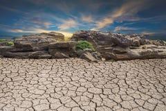 Pedra da seca do solo deserto à terra, nuvem da paisagem e azul quebrados foto de stock royalty free