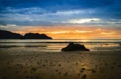 Pedra da silhueta na praia Foto de Stock Royalty Free