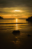 Pedra da silhueta na praia Fotografia de Stock