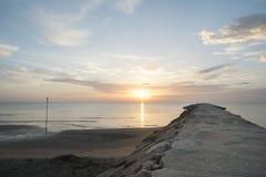 Pedra da toupeira na praia do Adriático em Itália no nascer do sol Imagens de Stock Royalty Free