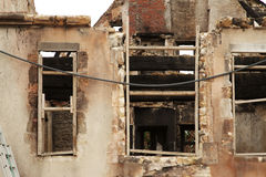 Pedra danificada fogo e construção histórica de madeira Imagens de Stock
