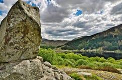 A pedra de Bruce acima do Loch Trool fotografia de stock royalty free