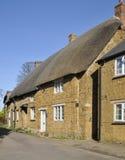 A pedra de Cotswold cobriu com sapê casas de campo Imagem de Stock Royalty Free