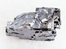 pedra de cristal do galeno áspero no mármore branco fotos de stock