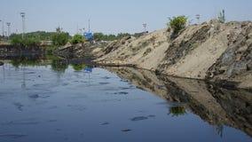 Pedra de jogo na lagoa do petróleo Os resíduos tóxicos anteriores da descarga em Ostrava, lagoa do óleo, Ostramo Efetua a naturez filme