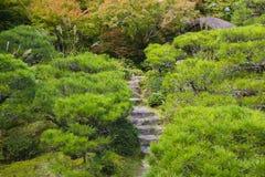 A pedra de Kyoto Japão Okochi Denjiro pisa no jardim imagem de stock