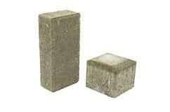 Pedra de pavimentação de dois tijolos concretos cinzentos do pavimento da rua isolada Imagens de Stock Royalty Free