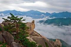 Pedra de suspensão na rocha de Ulsanbawi Fotografia de Stock
