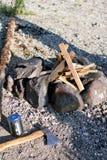 Pedra do acampamento da fogueira e do machado fora da natureza fotos de stock