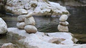 Pedra do equilíbrio pelo rio vídeos de arquivo