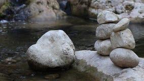 Pedra do equilíbrio pelo rio video estoque