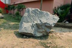 A pedra do granito, fragmenta do granito na terra fotos de stock