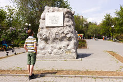 Pedra do menino e do memorial fotos de stock royalty free