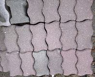 Pedra do tijolo na terra para a estrada da rua Passeio, entrada de automóveis, fundo da textura do teste padrão do revestimento d Fotos de Stock Royalty Free