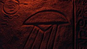 Pedra do UFO que cinzela na luz do fogo - conceito antigo dos estrangeiros vídeos de arquivo