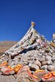Pedra e bandeiras de mani do tibetano Fotografia de Stock