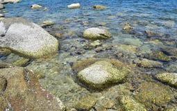 A pedra e o coral sob o mar claro na ilha de Koh Chang em Tailândia Fotografia de Stock