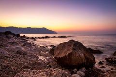 Pedra e ondas de seda no por do sol - fundo da natureza Imagens de Stock