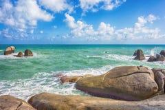 Pedra e ondas durante o pôr do sol Composição natural do vetor Imagens de Stock Royalty Free